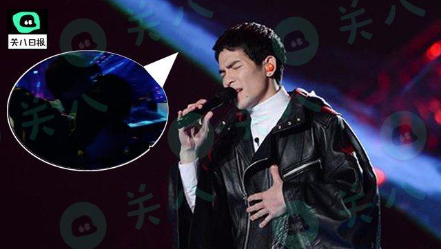 蕭敬騰日前參加大陸歌唱節目,被疑唱完後下台激動親吻經紀人Summer。圖/摘自微