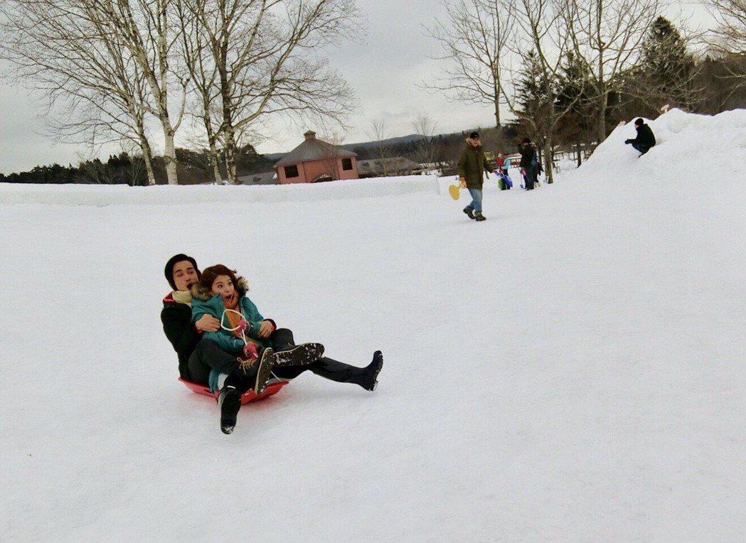王樂妍(前)和GINO兩人在雪地裡玩起雪橇雙載。圖/民視提供
