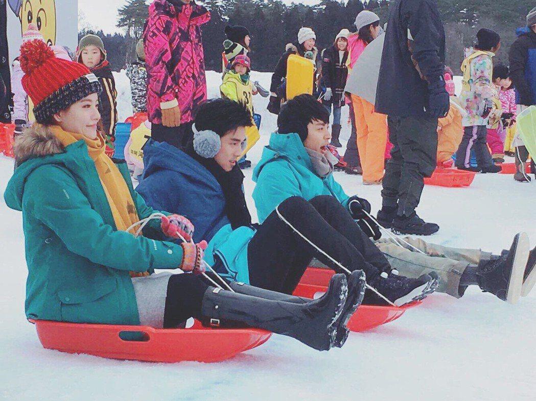 「我的老師叫小賀」演員體驗滑雪橇。圖/民視提供