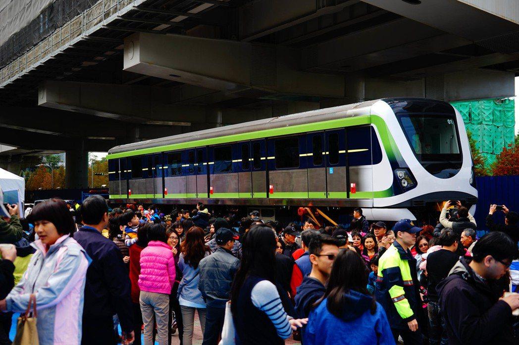 捷運車廂運抵台中,正式宣告台中邁入捷運時代,捷運房市跟著看俏。記者宋健生/攝影