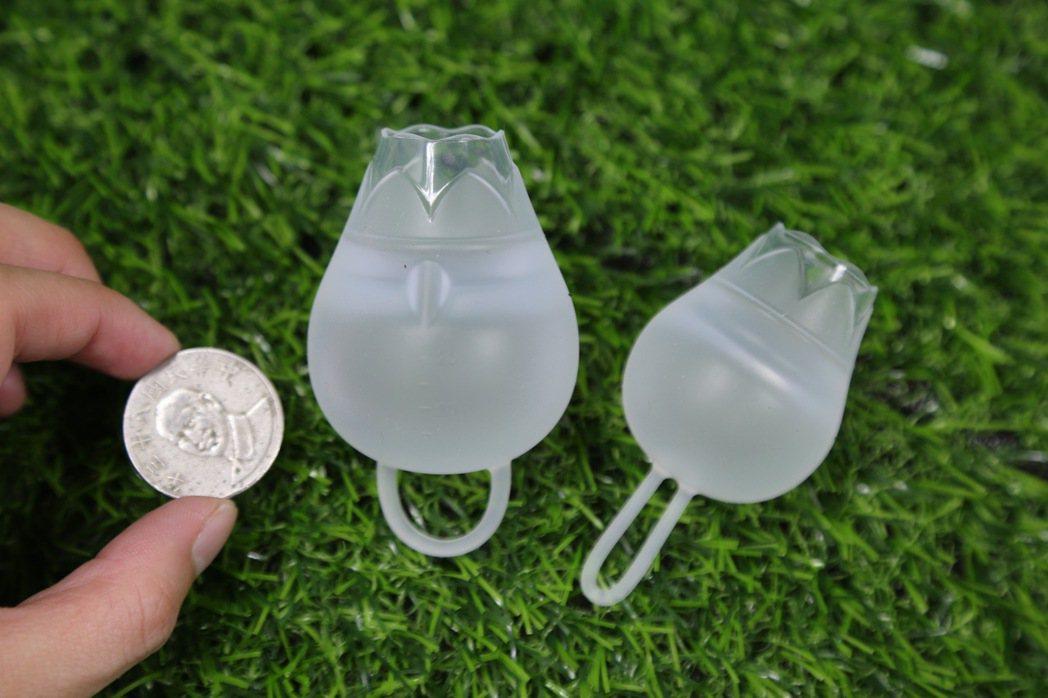 月亮杯以20毫升標準杯(左)和練習杯(右)為例,和10元硬幣相比,要圓胖許多,如...