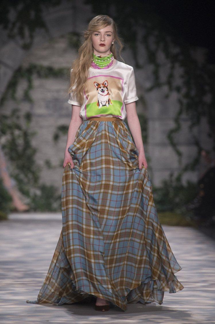 不失童心,Jenny Packham以插畫家創造的小狗圖案絲質T恤與格紋長裙搭配...