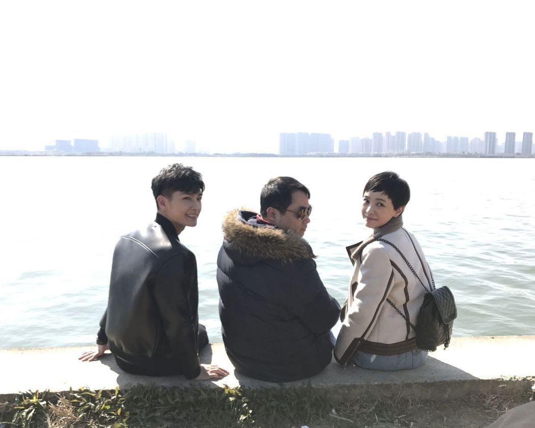 炎亞綸(左起)與導演陳銘章、郭采潔合作「親·愛的味道」。圖/辣驕傳媒提供