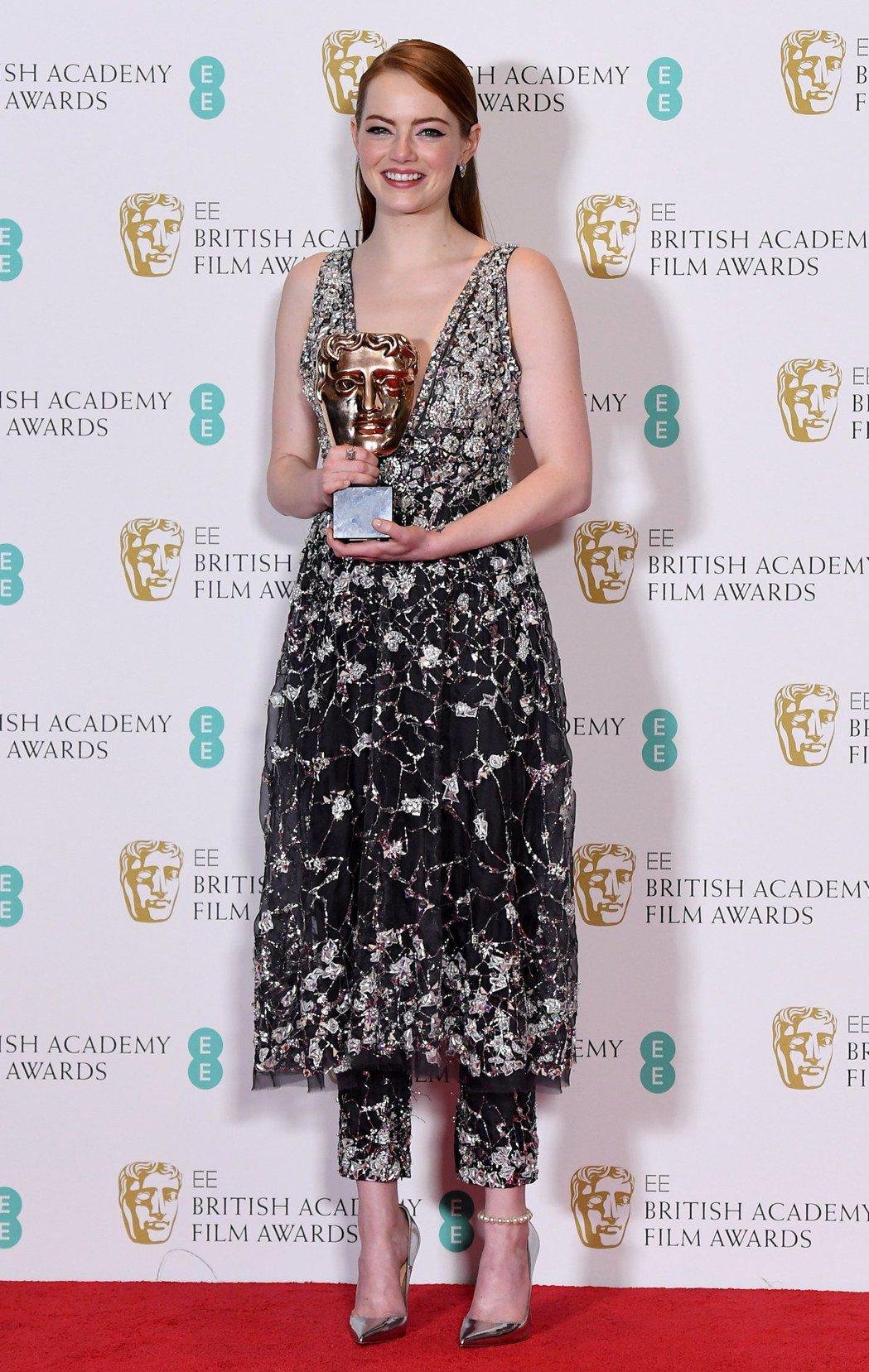 艾瑪史東得英國奧斯卡獎最佳女主角獎時,配戴的仍是幸運物Tiffany。(歐新社)