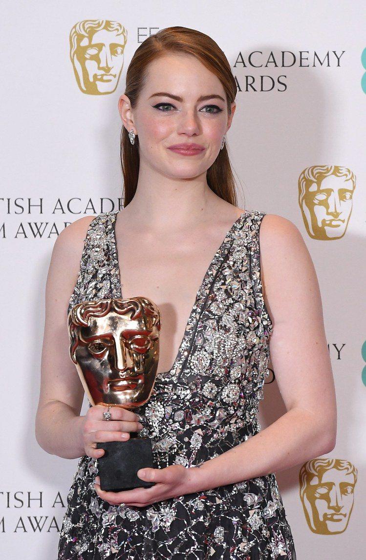 艾瑪史東得英國奧斯卡獎最佳女主角獎時,配戴的仍是幸運物Tiffany。圖/歐新社