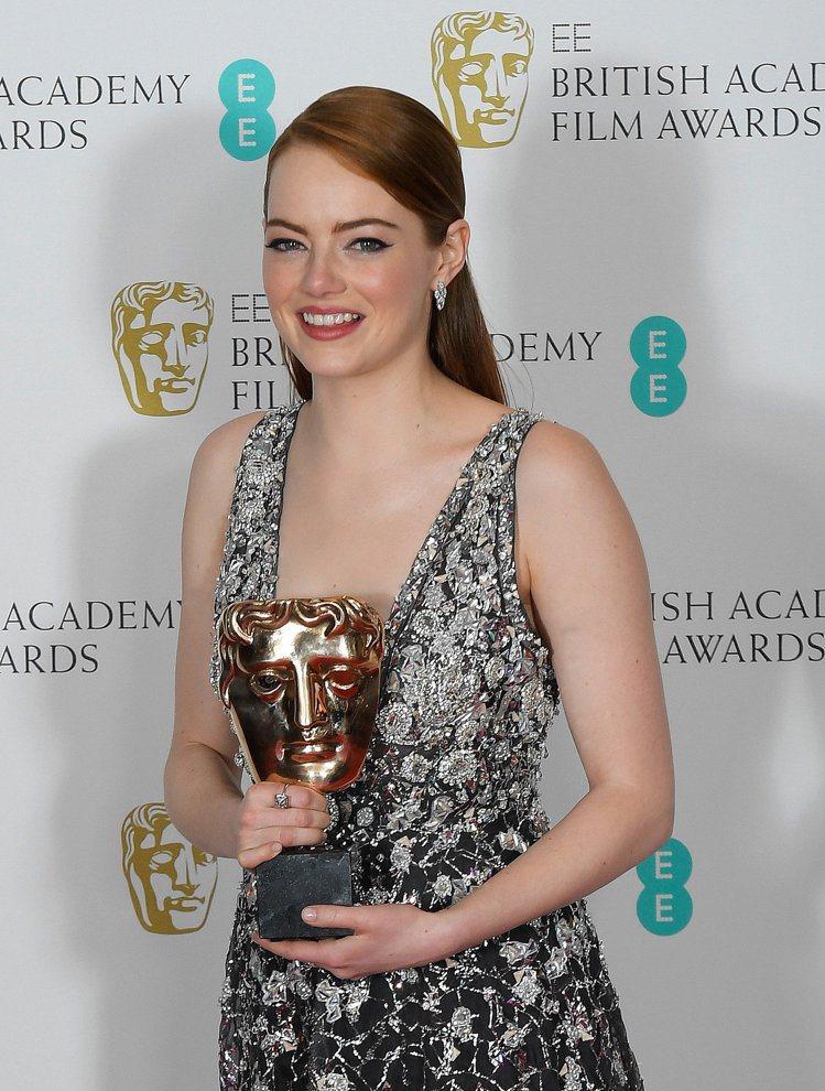 艾瑪史東得英國奧斯卡獎最佳女主角獎時,配戴的仍是幸運物Tiffany。圖/路透