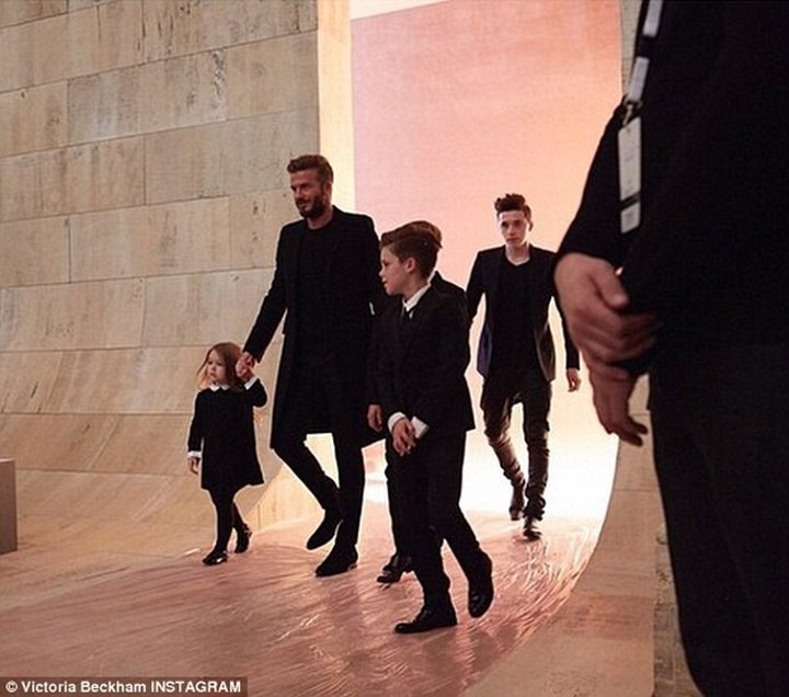 貝克漢一家每次出現在時尚秀場都是焦點。圖/摘自英國每日郵報