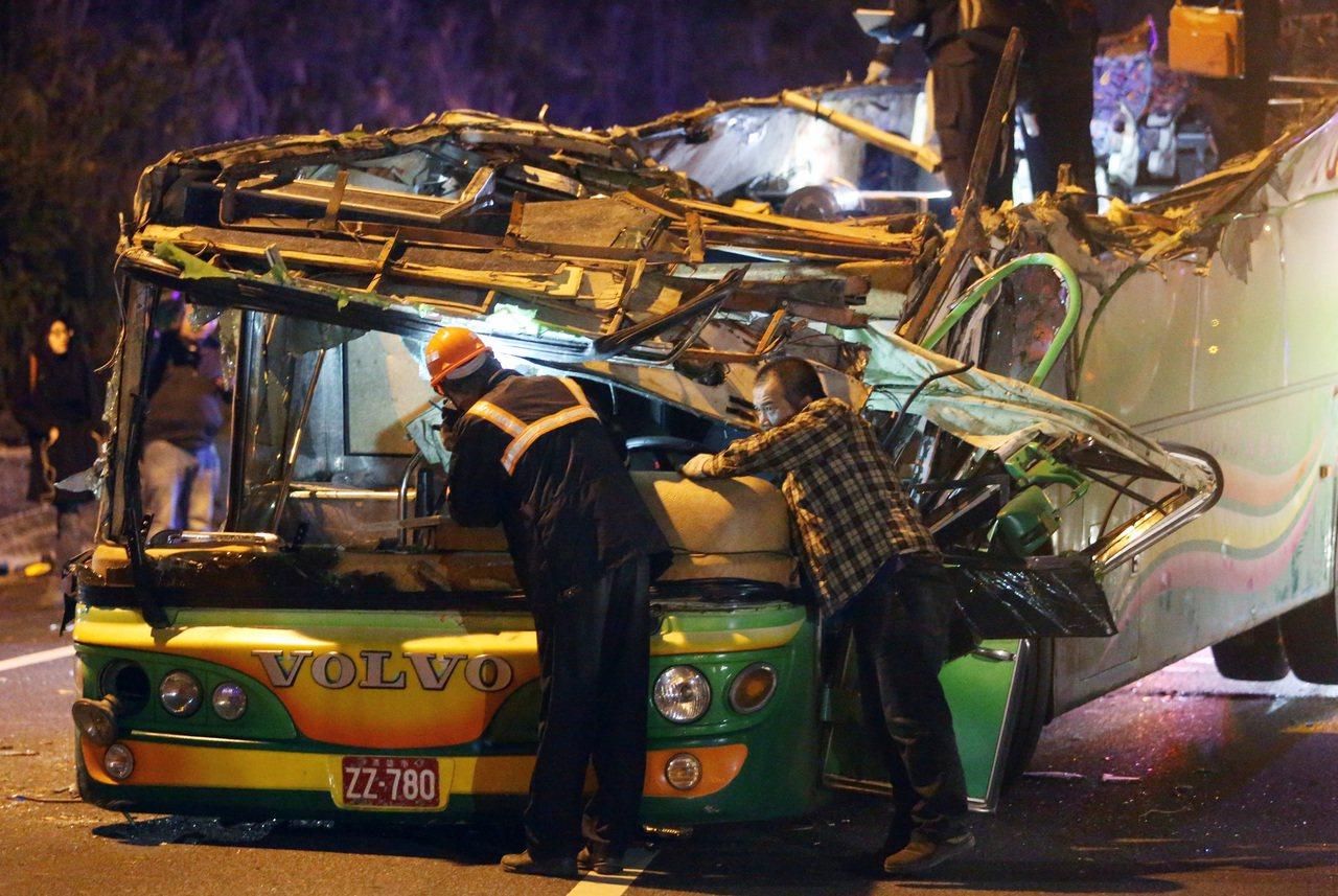 【最新】武陵賞櫻「遊覽車翻覆釀32死」宛如煉獄,沒想到「車禍原因」竟是因為司機.....