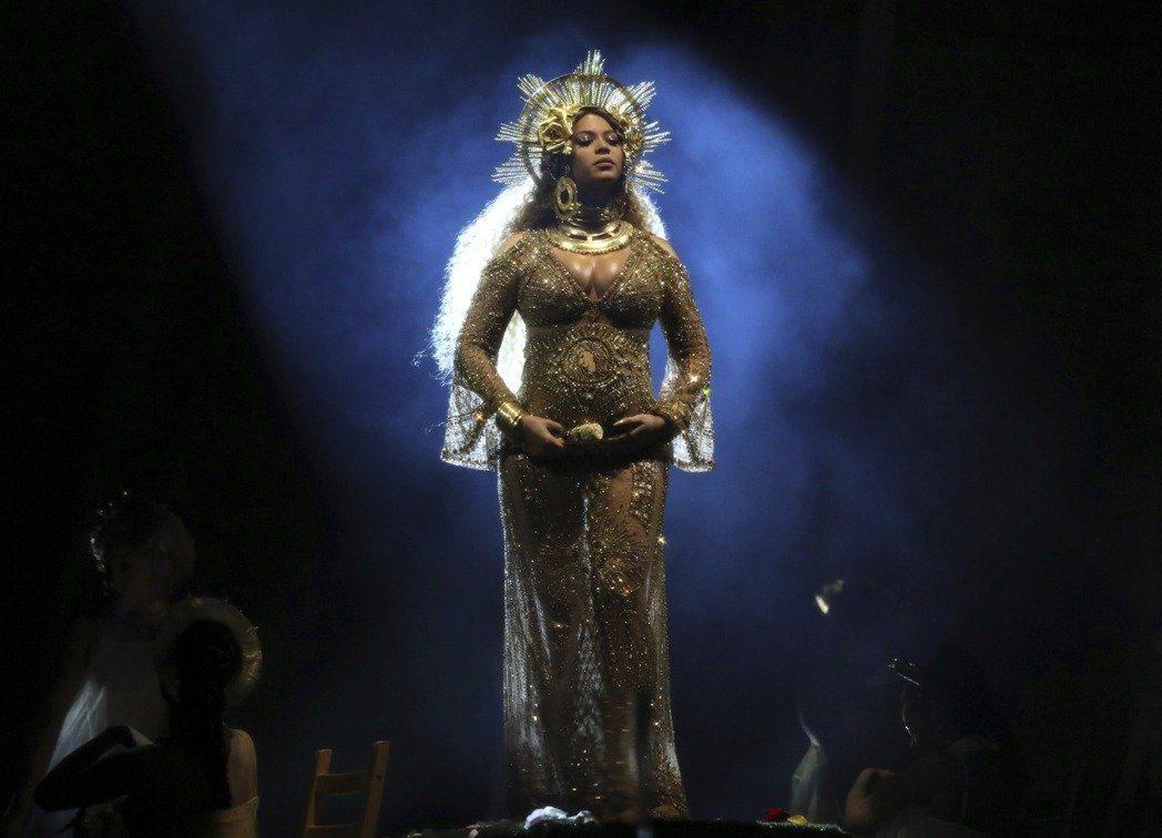 挺著孕度在本屆葛萊美舞台上帶來精彩表演的碧昂絲。圖/美聯社