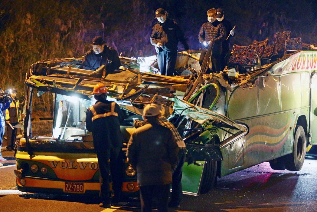 台北市蝶戀花旅行社出團的遊覽車翻落邊坡,遊覽車受損嚴重。記者胡經周/攝影