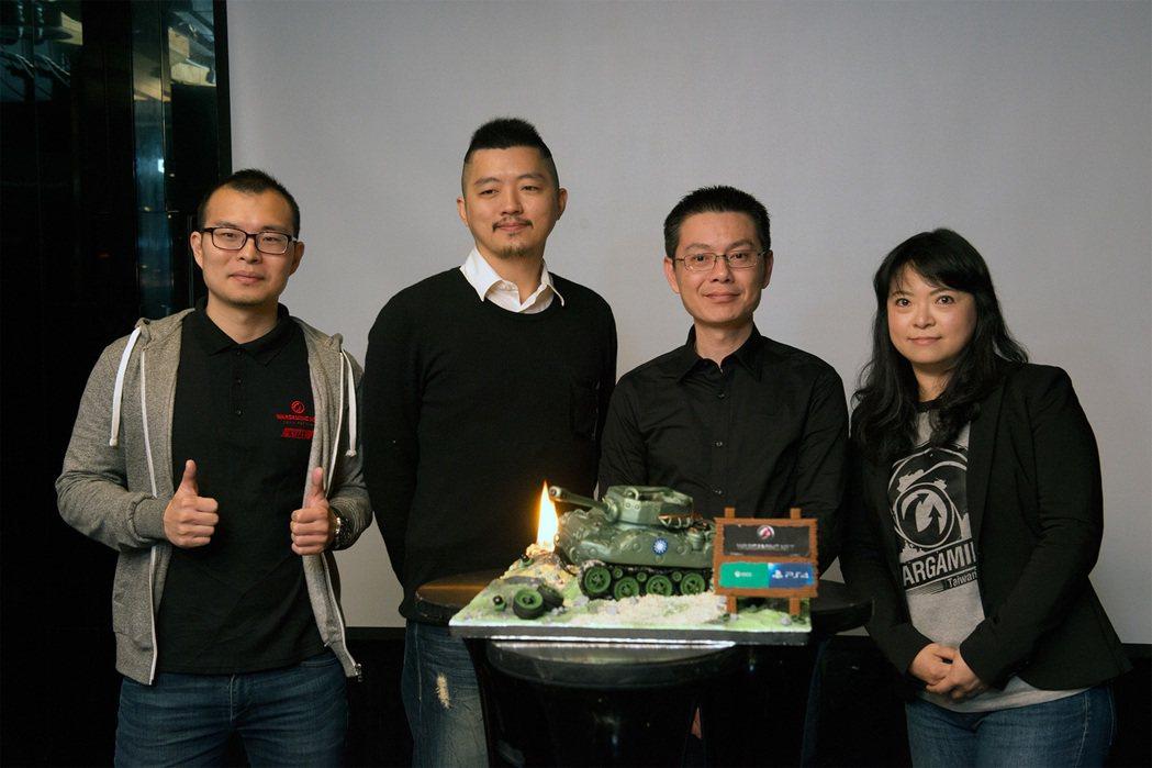 戰遊網台灣分公司主管與「翻糖戰車」合影。 圖/戰遊網提供(下同)