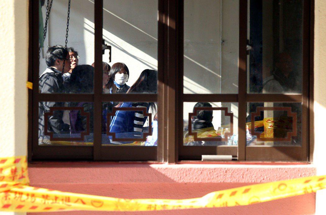 「武陵農場賞櫻花團」遊覽車在國道發生翻覆重大車禍,家屬齊集在北市第二殯儀館靈堂,...