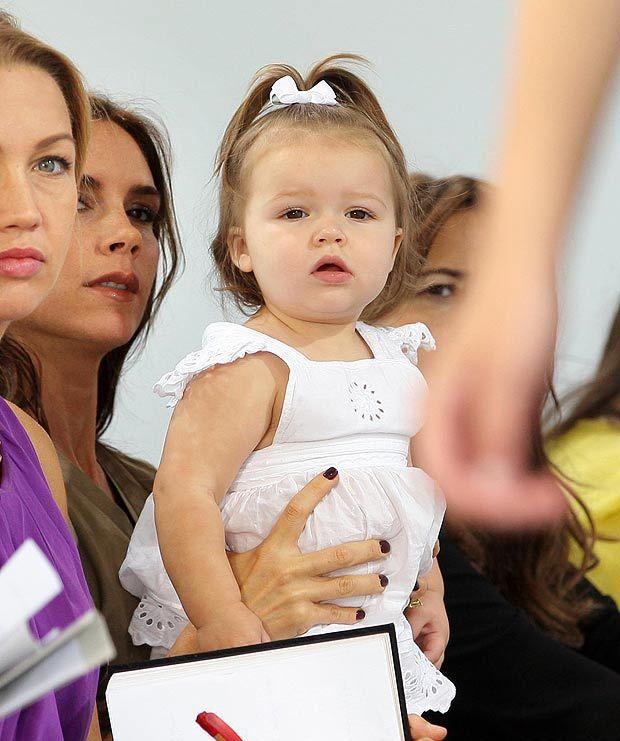 哈潑貝克漢從1歲開始就和媽媽一起看時尚秀。圖/摘自Baby Chic News