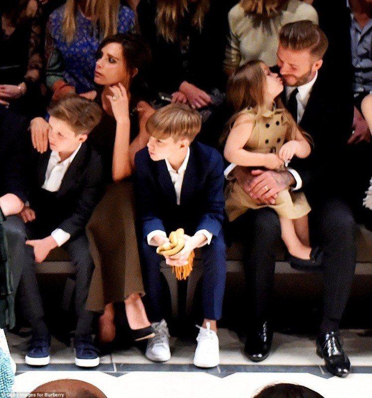 一家子一起去看Burberry秀,貝克漢在場邊和女兒大秀甜蜜。圖/摘自英國每日郵...