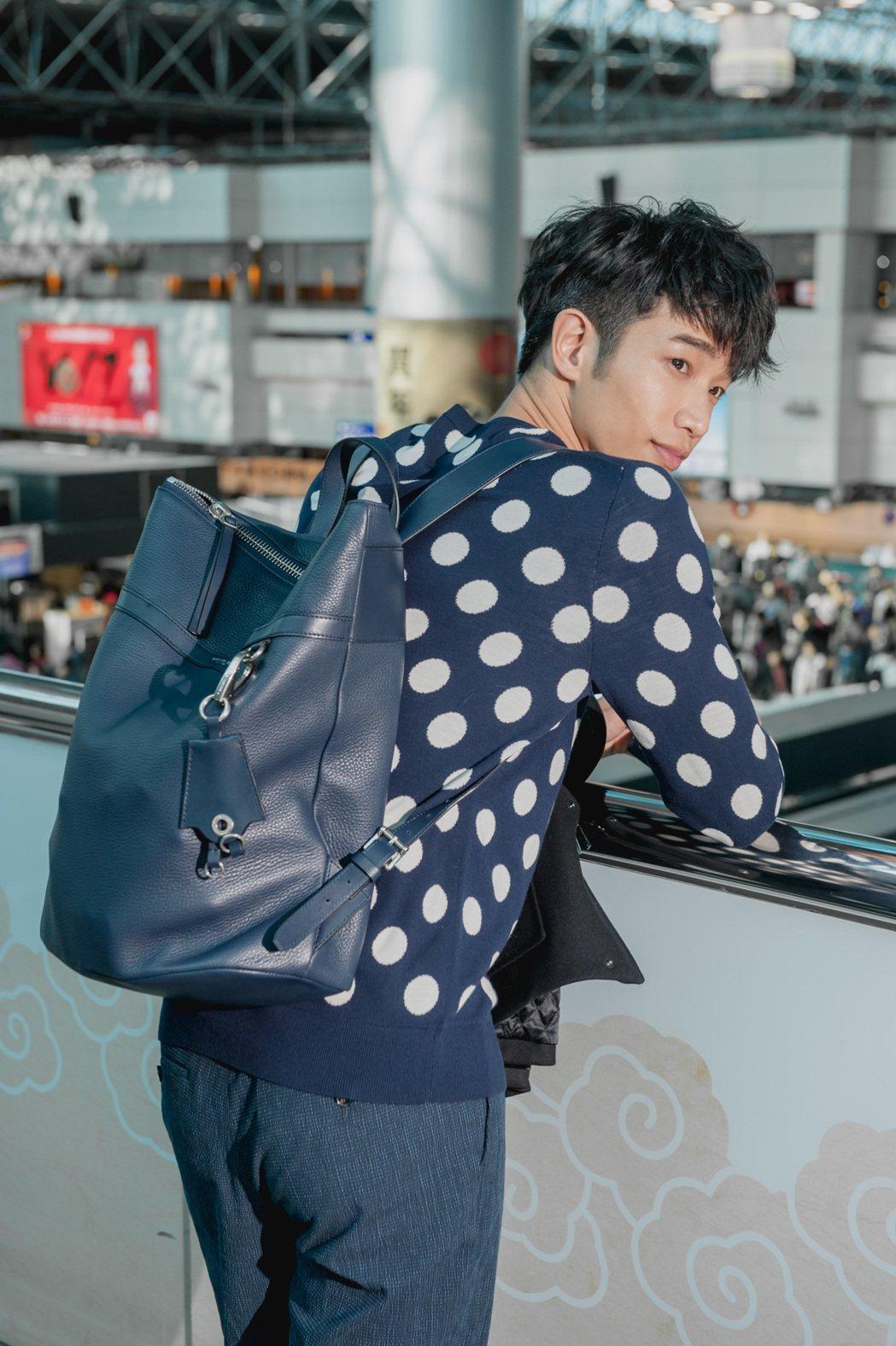 劉以豪背上全新的Jeremy深藍色後背包,售價35,500元。圖/MICHAEL...