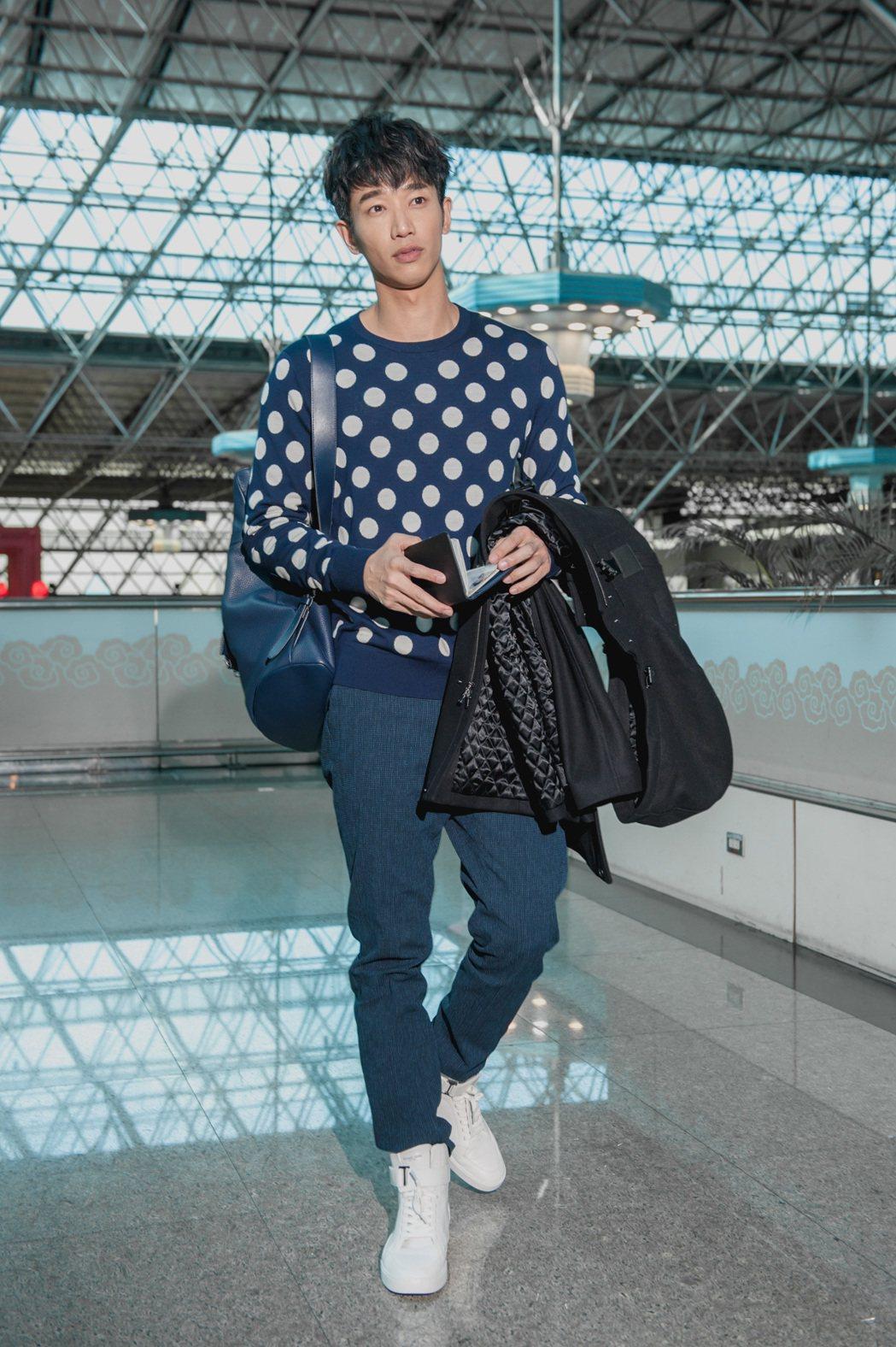 劉以豪以「有點」和「blue」作為時尚穿搭。圖/MICHAEL KORS提供