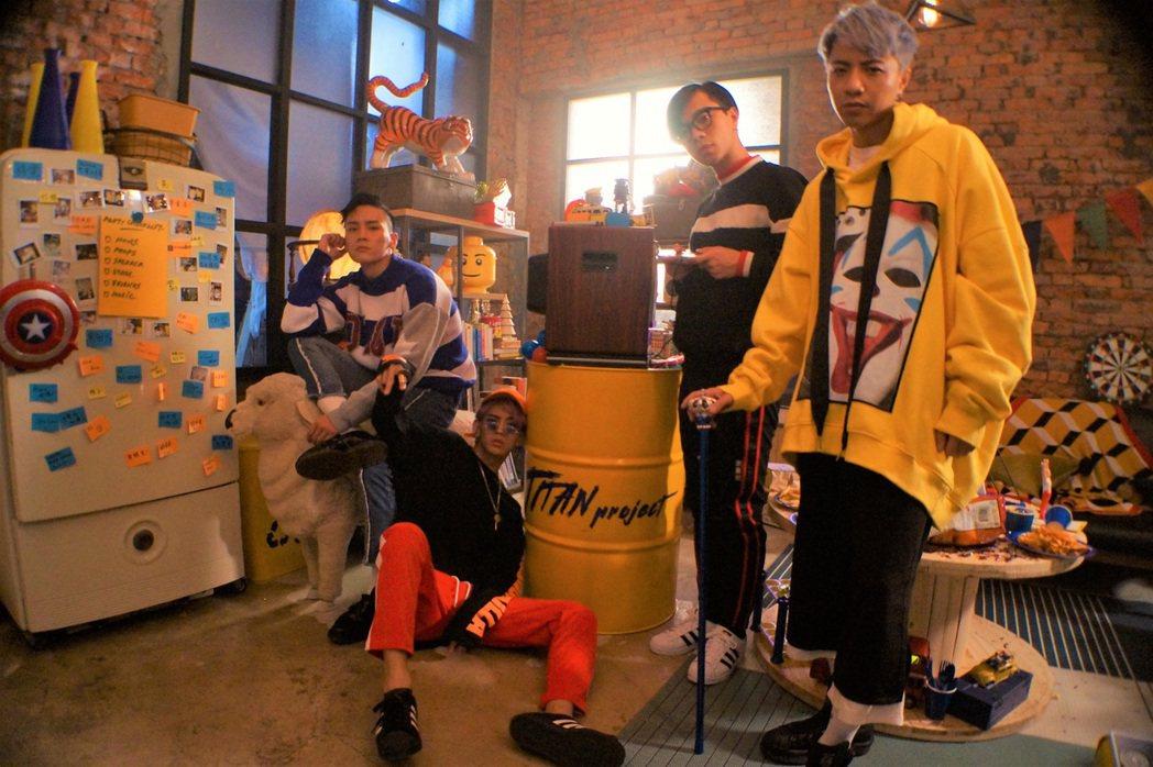 泰坦為舞曲大玩COSPLAY,左起漢之、奧斯丁、正義、比利。圖/本勢娛樂提供