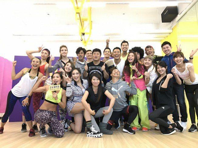 小嫻和何守正去年11月在內湖開了健身房,當時演藝圈好友們包括胡瓜都來捧場站台。記...