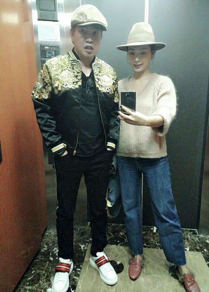 康康和老婆在電梯裡以手機合照,祝大家情人節快樂。圖/康康臉書