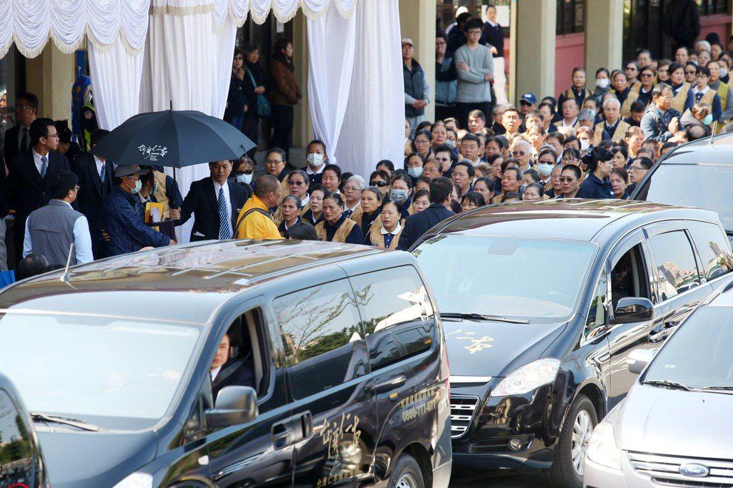 國道5號翻車事故,罹難者家屬從第二殯儀館出發,前往事故現場招魂。記者王騰毅/攝影