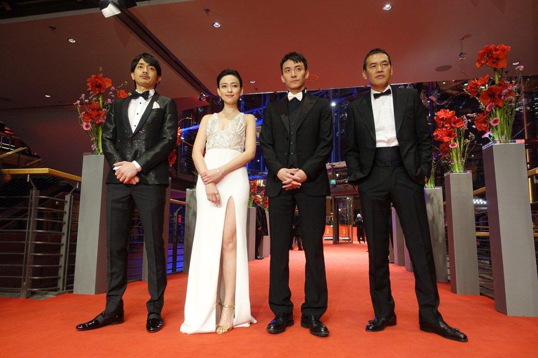 柏林影展競賽片「龍先生」走紅毯,左起:青柳翔、姚以緹、張震、導演薩布。圖/澤東提...