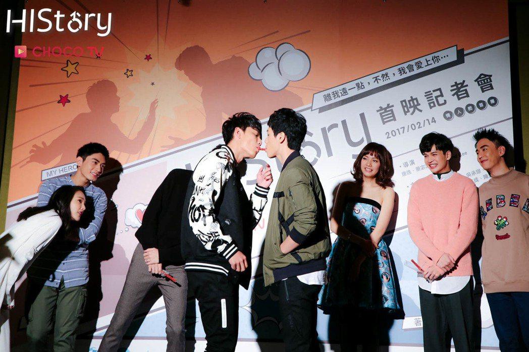 賴東賢(左)、蔣昀霖大玩嘴對嘴吃餅乾。圖/CHOCO TV提供