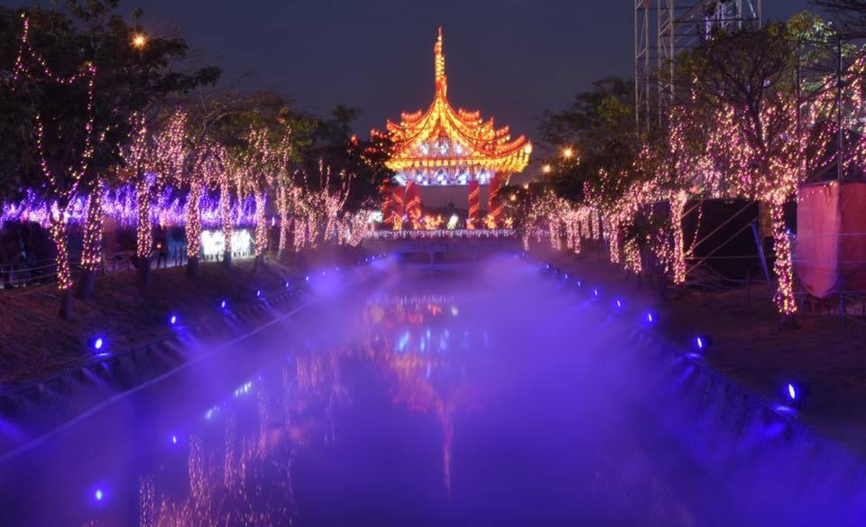 台灣燈會精心為情人設計的戀戀雲河燈區,雲霧搭配彩燈,迷濛浪漫,是情侶最愛取景的燈...