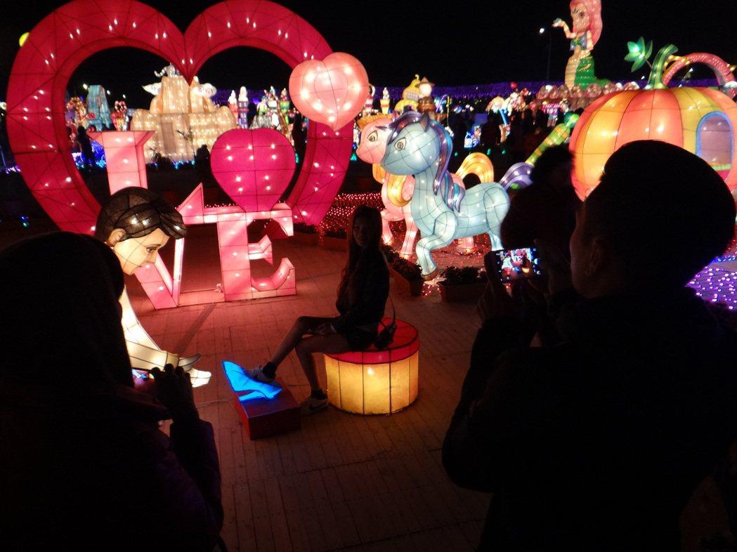 情人燈區內,許多戀人也來拍浪漫,為愛情增溫。記者蔡維斌/攝影