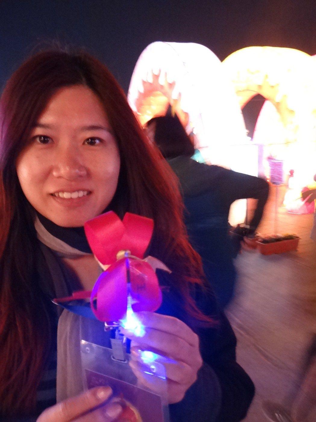 情人燈區免費送可愛的小喜鵲燈,寒天中讓愛人心頭暖暖的。記者蔡維斌/攝影