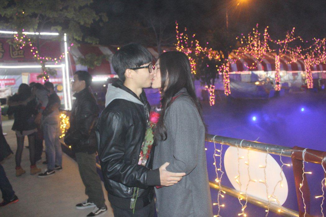 千人告白送玫瑰,一對戀人當場熱情擁吻,全場為他們尖叫祝福。記者蔡維斌/攝影