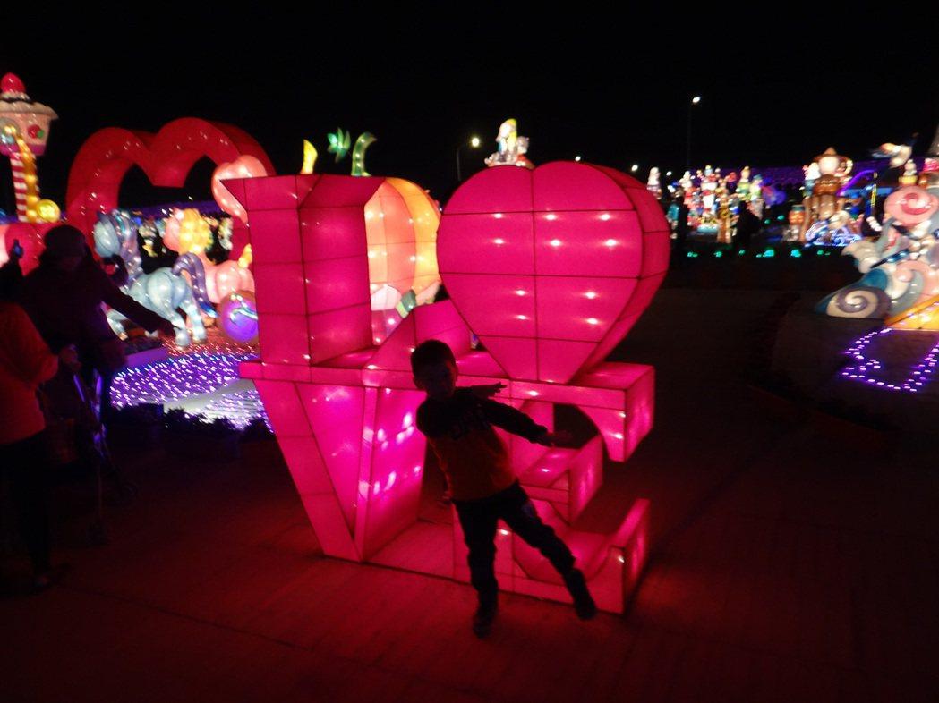 愛的燈箱也有小情人影。記者蔡維斌/攝影
