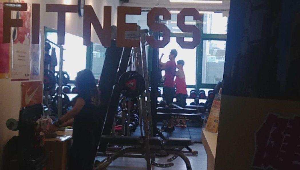 何守正照常在健身房教課。記者林怡秀/攝影