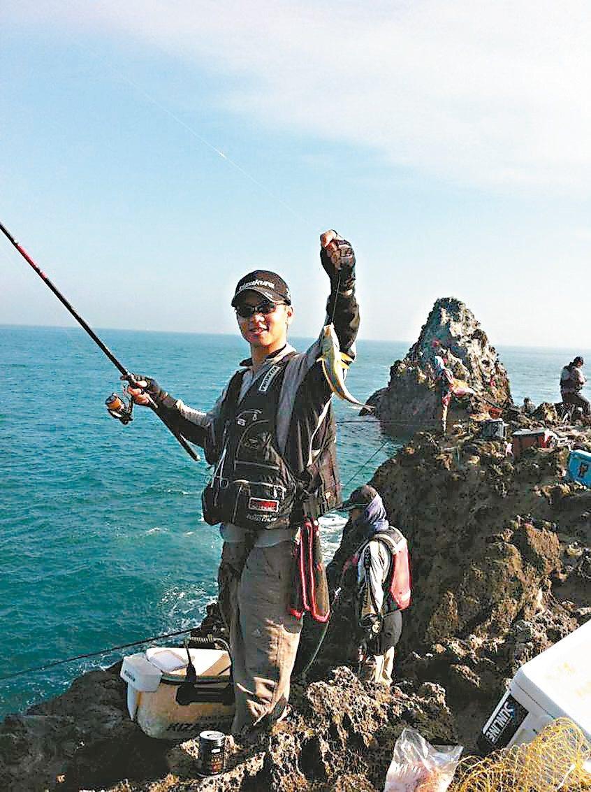 基隆市政府3月起開放基隆嶼18處島礁磯釣,為保護海洋生態,釣起20公分以下魚體須...