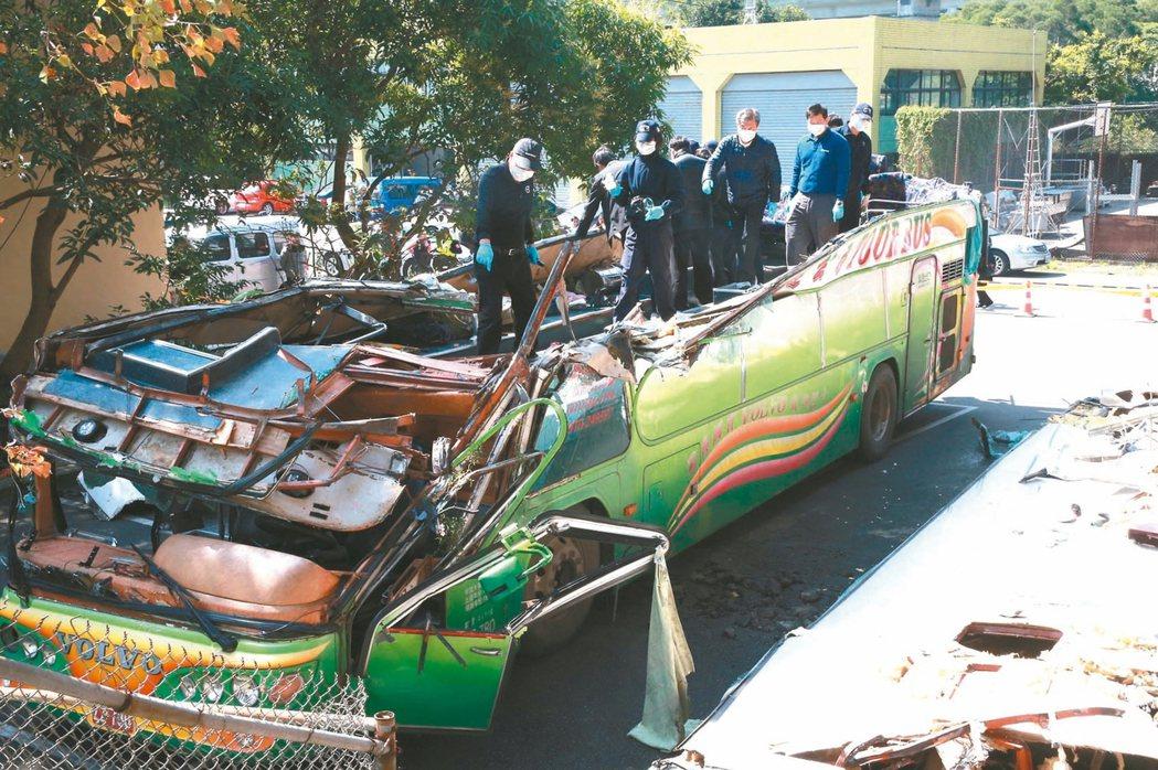 賞櫻團在國五翻車,遊覽車頂整個削平,相關人員昨勘驗這次出事的車並開始究責。 記者...