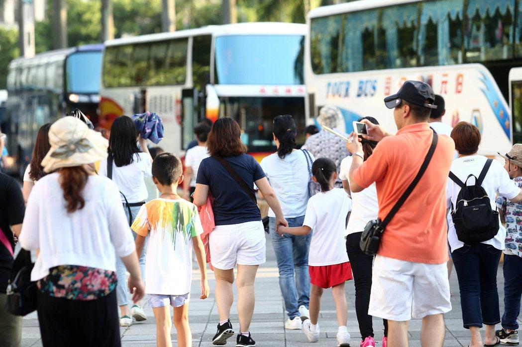 遊覽車公會昨說,遊覽車駕駛大多數沒勞保,台北市四百家遊覽車公司、至少有三百家高達...