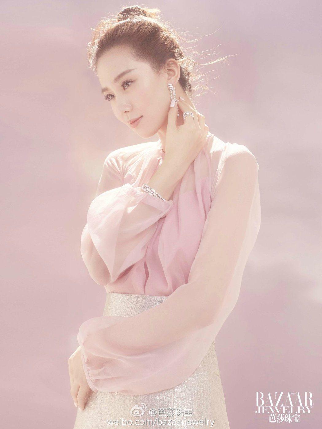 劉詩詩為時尚雜誌拍攝的寫真曝光。 圖/擷自微博