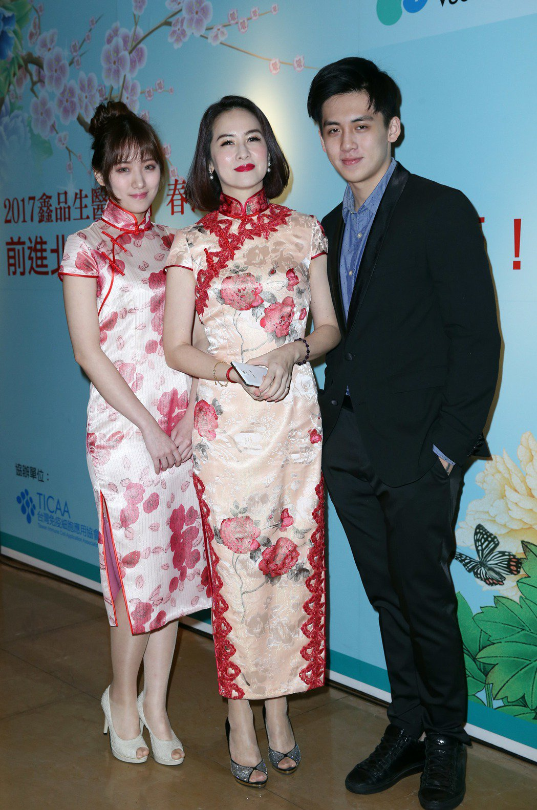 金友莊(中)和兒子寶弟及女兒阿寶參加春酒。記者陳瑞源/攝影