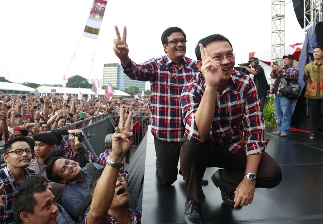 印尼全國性地方選舉15日投票,雅加達省現任華裔省長鍾萬學(右)穿著招牌格子襯衫,...