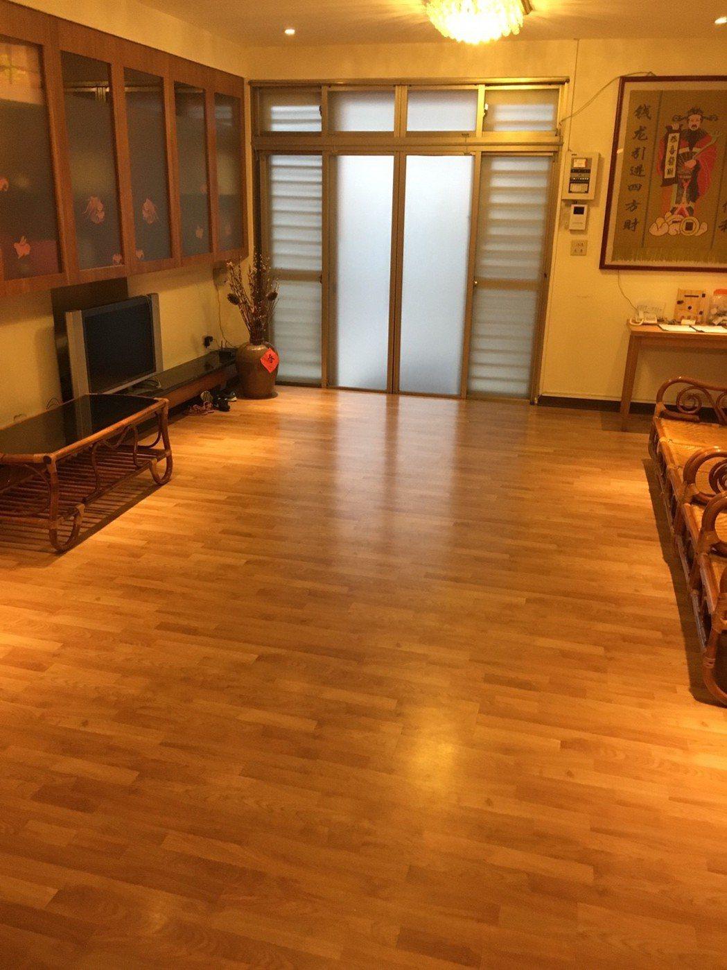 失智症協會第一個在台北民生社區的瑞智互助家庭據點,就將過去大理石地板,全更換為木...