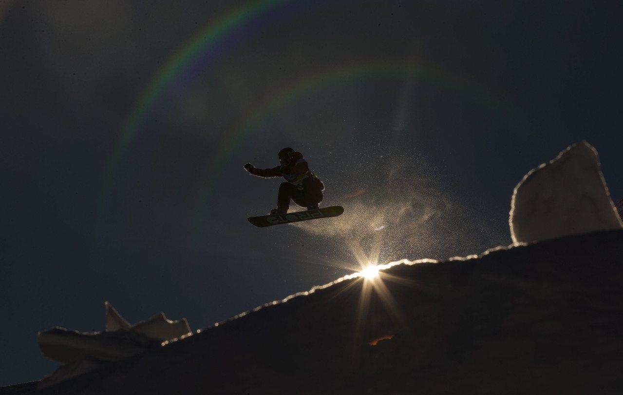 在陽光的映照下,選手在空中飛翔的身影,仿佛在追逐著一個彩色的夢。圖為第28屆世界...