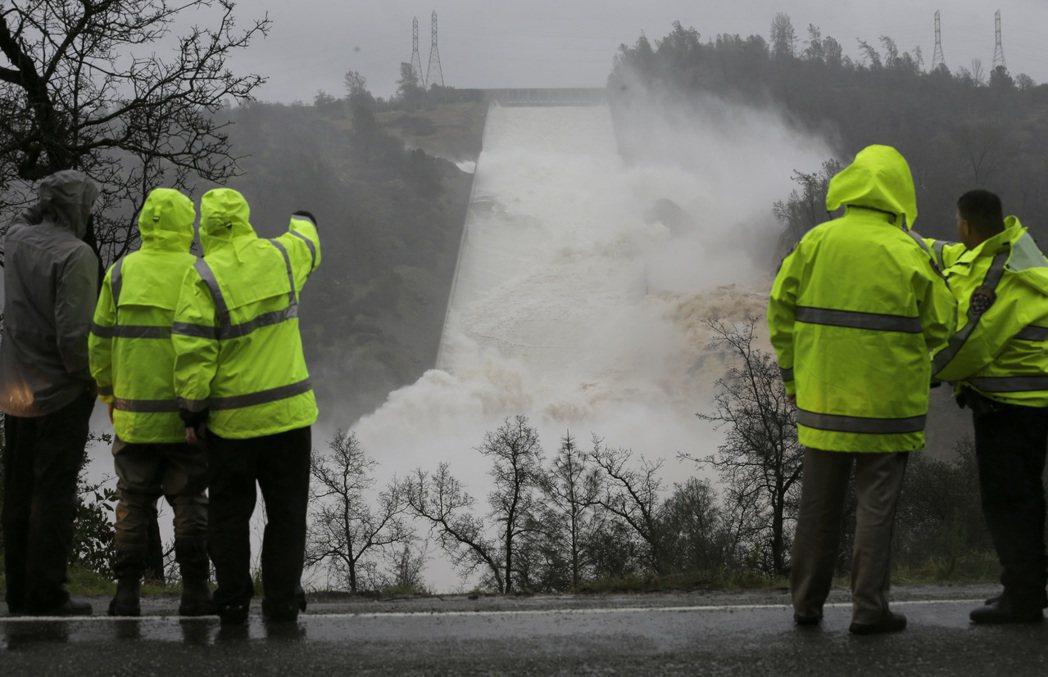 連日雨勢帶來的山洪暴發,迅速填滿了加州各地水庫,加州第二大的奧羅維爾水庫在5天內...
