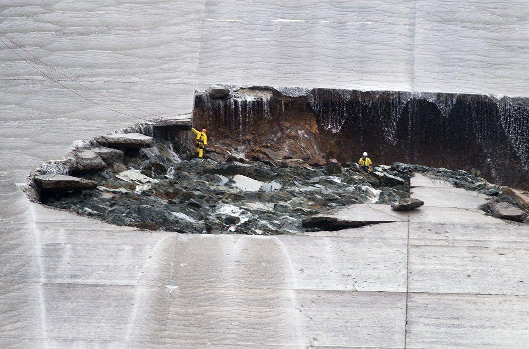 儘管水利專家評估,洩洪道上的破洞「暫不至於造成威脅」,但破洞卻被越沖越大,洩洪的...