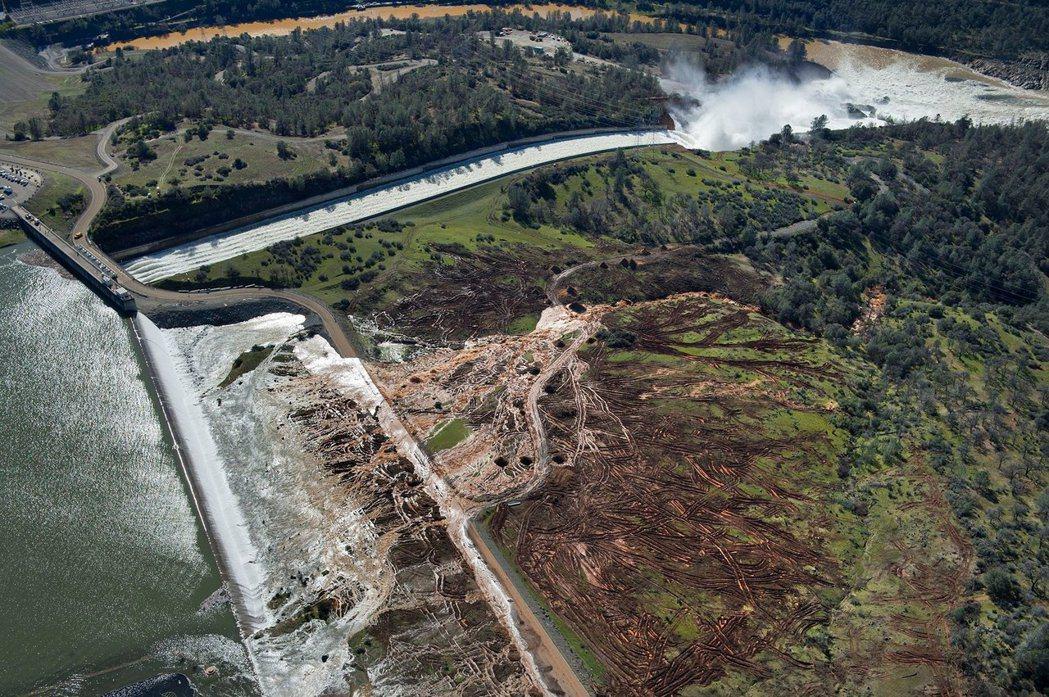 一開始,水流的溢出還相當順利;但2月12日開始,現場人員卻發現水流所造成的土壤沖...