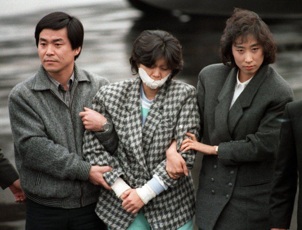 金賢姬(中)1987年被押送到首爾。法新社