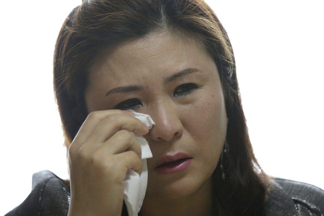 曾色誘南韓軍官取得情報的北韓前女特工元正華2014年受訪時落淚。美聯社