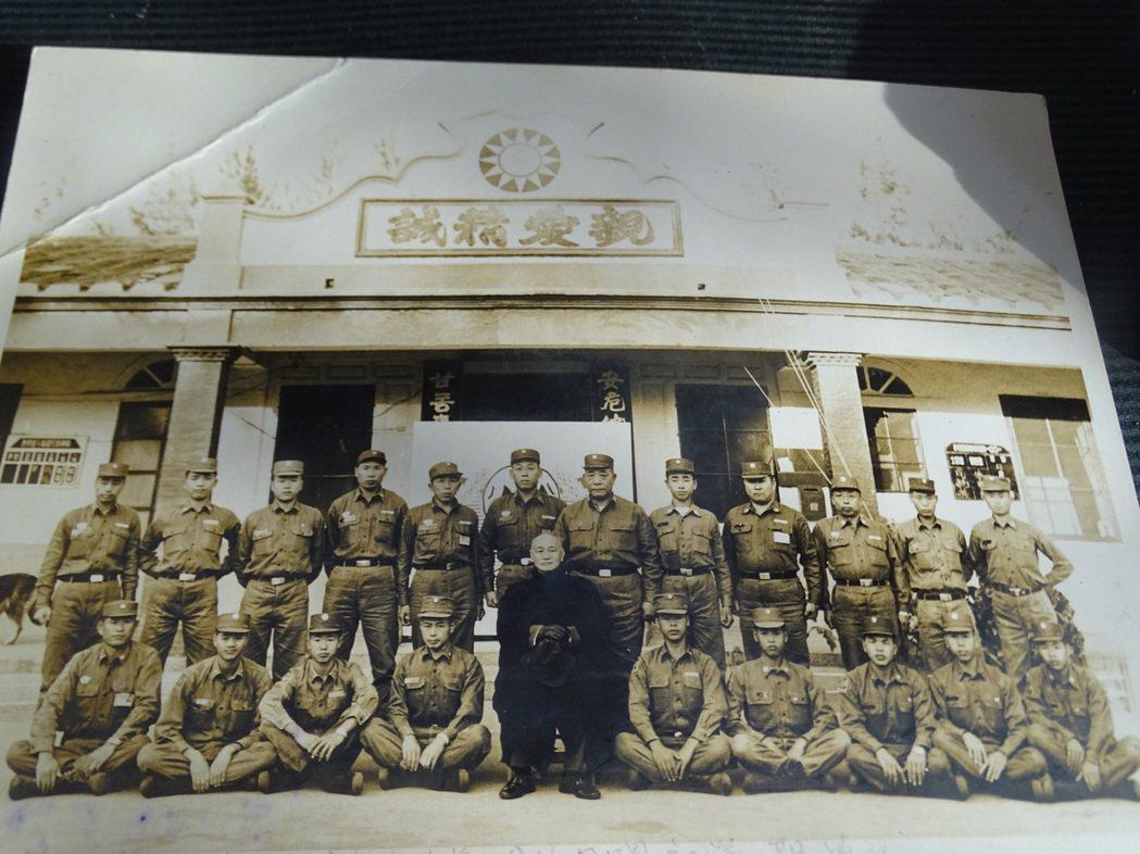 先總統蔣公赴金門主持兩棲偵察連的開訓,周水土與同袍都是影中人。圖/周水土提供