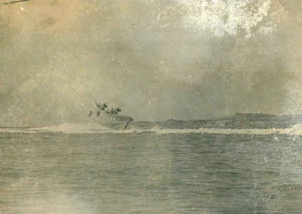 金門的兩棲偵察連經常要在驚濤駭浪中出任務,可謂險象環生。圖/周水土提供
