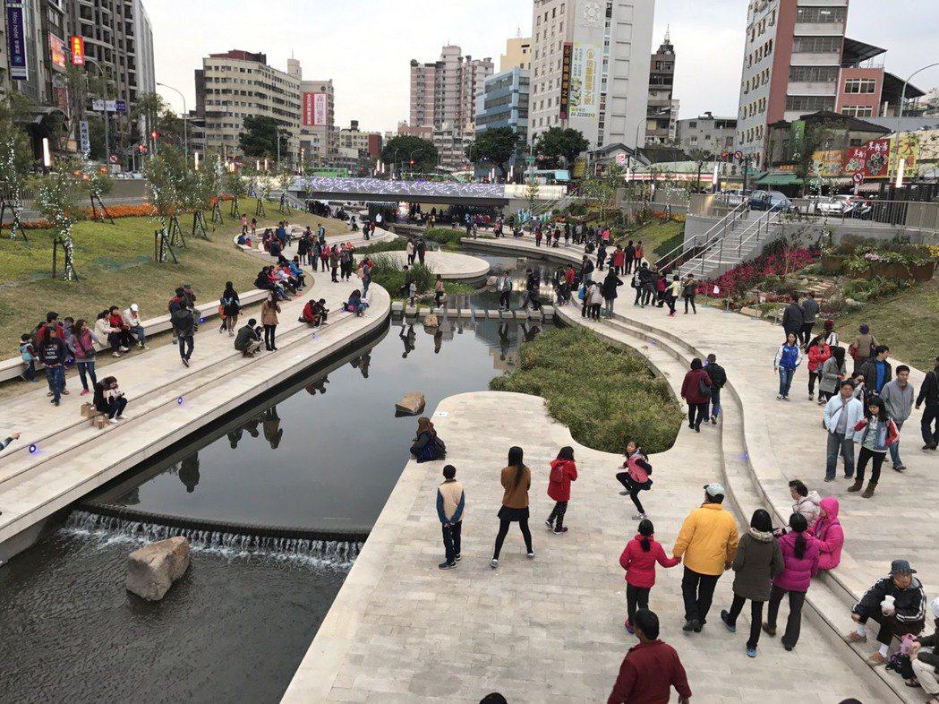 柳川和台中公園日月湖整治清淤,讓市容景觀變得煥然一新,更成為不少市民休閒的好去處...