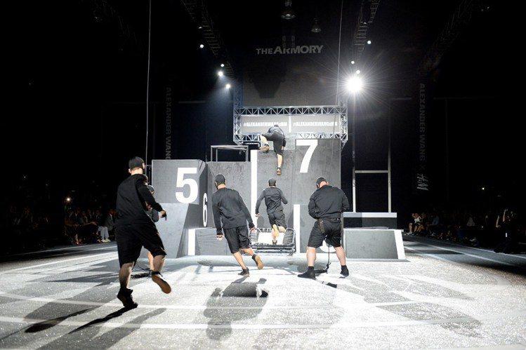 Alexander Wang在2014年與H&M合作的秀場設計。圖/摘自WWD