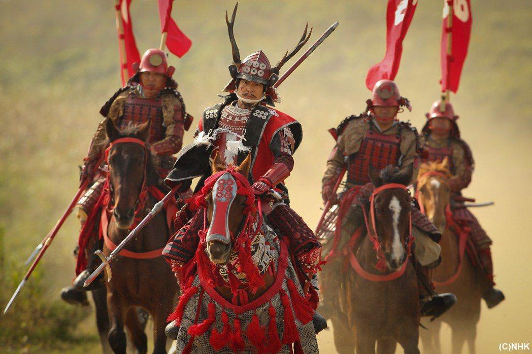 堺雅人(左二)詮釋戰國最強武將,劇中拿長槍英勇殺敵。圖/緯來日本台提供